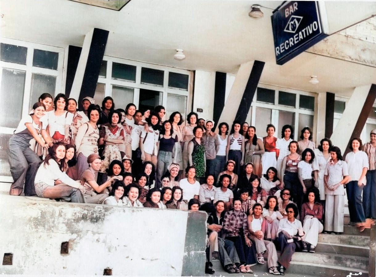 Mixto a luta das mulheres pela igualdade mulheres posam para foto na fachada da sede