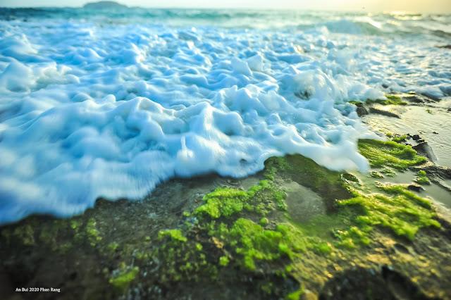 Sóng xô ghềnh đá