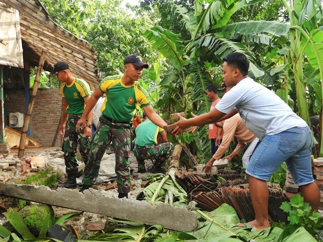 Kesatria Yonarmed 12 Kostrad Bantu Korban Angin Puting Beliung Di Gentong