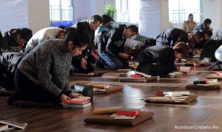 Cristianos chinos adorando en culto en secreto