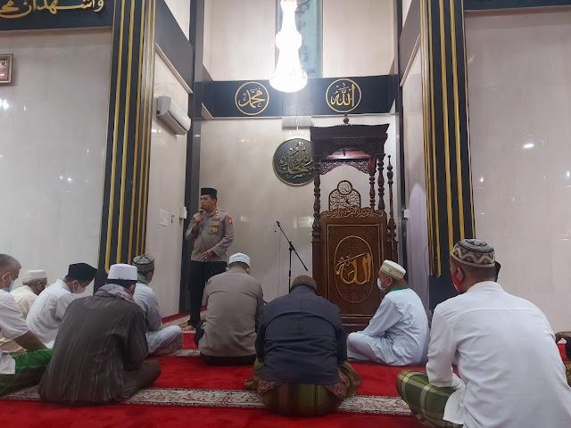 Program Subuh Keliling, Polda Metro Jaya Serahkan Bantuan ke Marbot Masjid