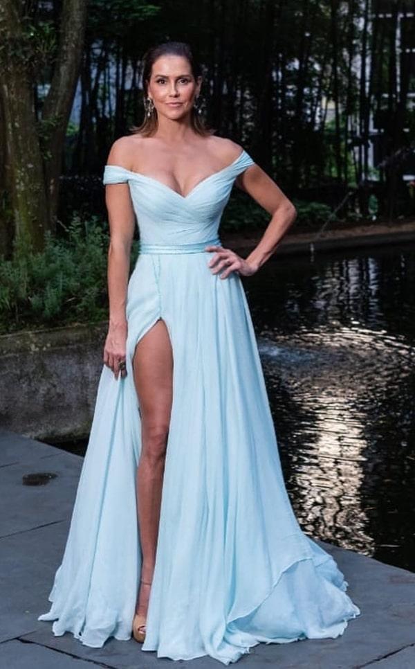 Deborah Secco vestido de festa longo azul claro com fenda