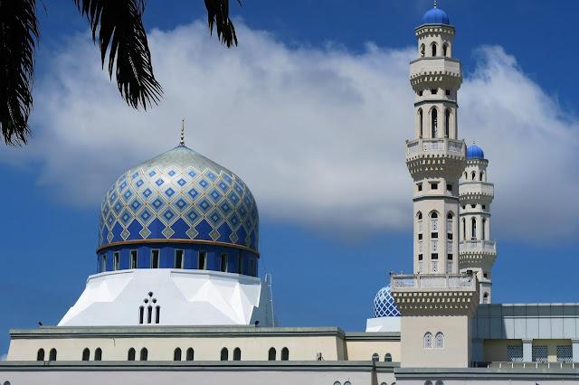 Dalam islam hari jumat memiliki keutamaan tersendiri, makanya kita sebagai umat islam memuliakan hari ini dengan amal-amal shalih