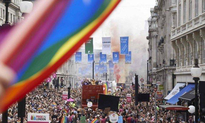 Namorada pede policial em casamento durante Parada LGBT de Londres