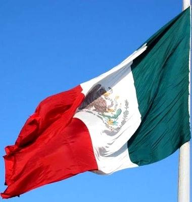 Imagen de la bandera de México moviéndose con el viento
