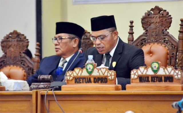 Langgur, Malukupost.com - Momentum Pelantikan Pimpinan Definitif DPRD Malra Periode 2019-2024 adalah sebagai titik start dalam mewujudkan perubahan yang dapat dilakukan dalam ketiga ruang gerak (tiga fungsi utama) sebagaimana diamanatkan dalam ketentuan Undang-Undang Nomor 17 tahun 2014 tentang MPR, DPR, DPD dan DPRD.    Hal tersebut disampaikan Ketua DPRD Kabupaten Maluku Tengara (Malra), Minduchri Kudubun, dalam sambutannya pada Rapat Paripurna dalam rangka Pengucapan Sumpah dan Janji Pimpinan Definitif DPRD Maluku Tenggara Masa Jabatan 2019-2024, digelar di Ruang Sidang Utama DPRD setempat, Sabtu (14/12).