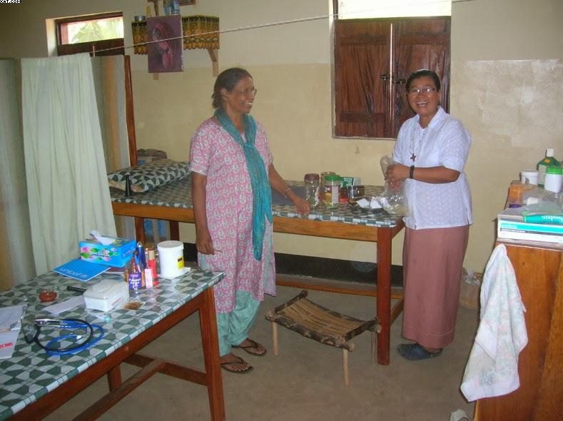 L'ambulatorio. Suor Alphonsa (a sinistra), medico, che era andata a Rimenze per imparare da Suor Joana (a destra) la medicina erboristica.