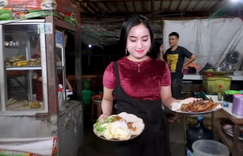 Foto Wanita Cantik Penjual Nasi Bebek Goreng Purnama