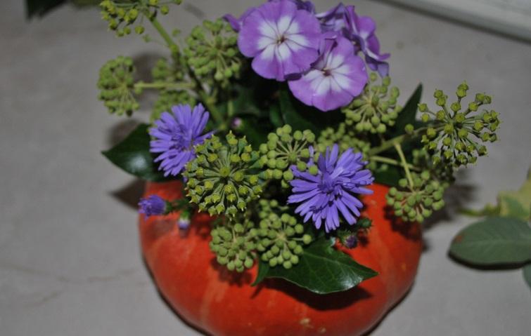 Efeublüten als Gerüst für das Blumengesteck