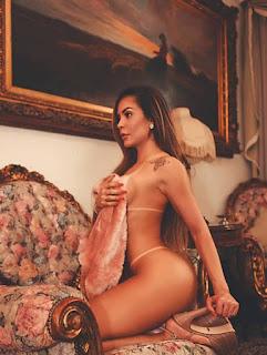 Denise Dias exibe bronze impecável