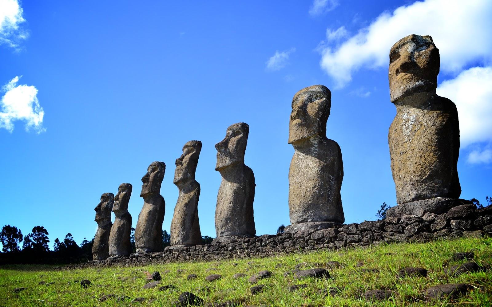 イースター島のアフ・アキビの祭壇のモアイ