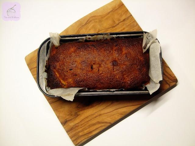Cake cuatro cuartos de harina de trigo sarraceno, tiras de bacon y ciruelas pasas