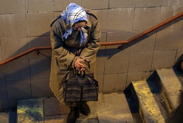 Старушка в переходе метро стоит в уголке и тихо плачет