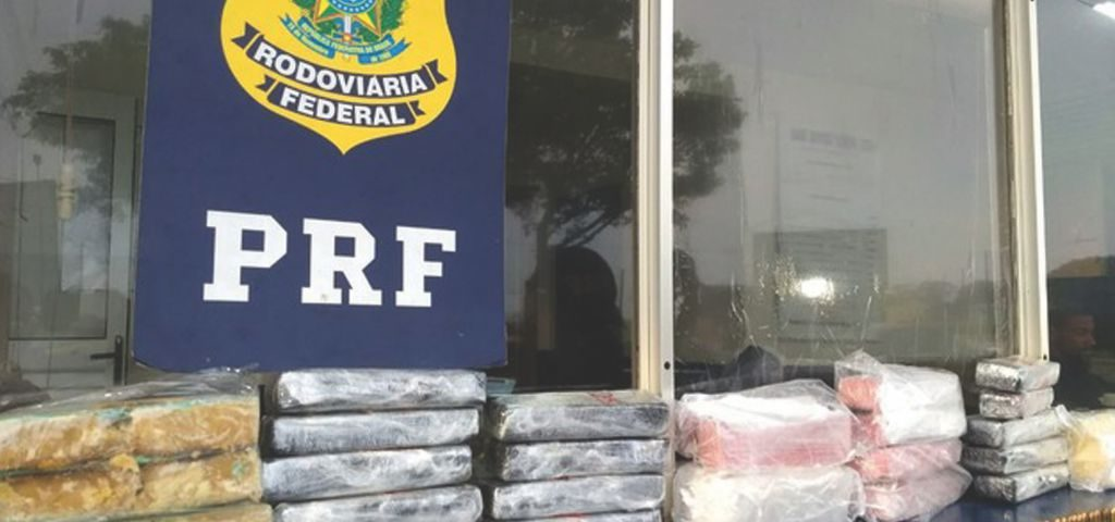 Durante un control de rutina realizada por la División de Represión al Contrabando de la Receita Federal (Aduana) de Foz de Yguazú, Brasil, en conjunto con la Policía Rodoviaria Federal (PRF) de Cascavel, se logró requisar 12,89 kilos de cocaína, dos kilos de crack, además de 255 municiones de diversos calibres, un cargador para 31 municiones y una mira láser.