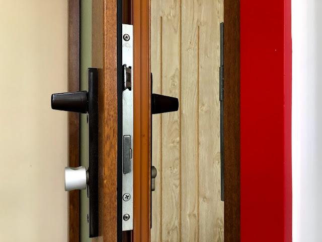 khóa đơn điểm sử dụng cửa vân gỗ