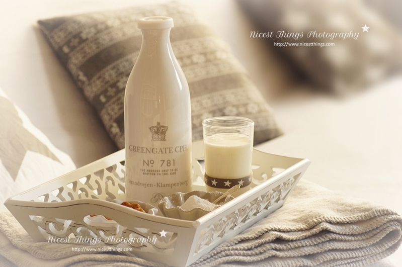 weisses Tablett mit Milchflasche und Milchglas