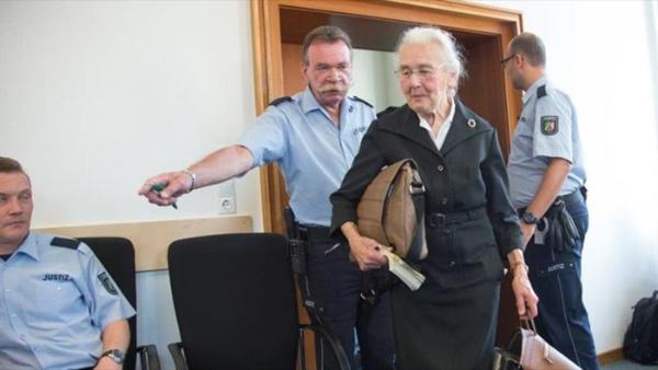Tribunal alemán condena a una anciana que negó el Holocausto