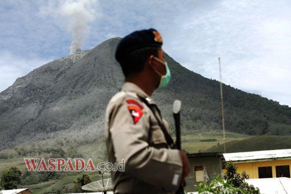 17Sinabung polisi Status Sinabung Turun Jadi Siaga, 10.275 jiwa dipulangkan