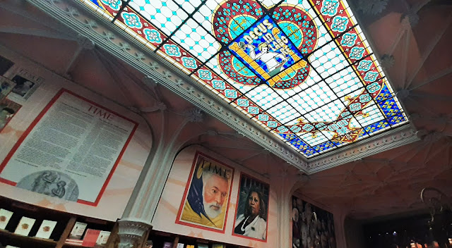 vitral da Livraria Lello e os painéis da intervenção artística What makes a Nobel