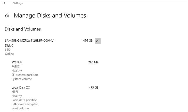"""شاشة """"Manage Disks and Volumes"""" في تطبيق إعدادات Windows 10."""