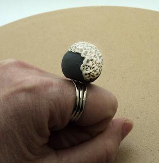 bague gris blanc en céramique créateur bijou contemporain minéral végétal effet corail