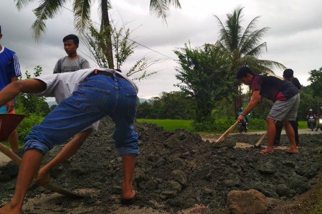 Merasa Dianaktirikan, Warga Salomekko Bone Swadaya Perbaiki Jalan