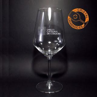 Copa de vino grabada con logotipo de empresa