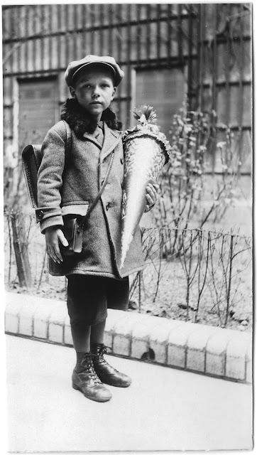 Historisches Foto: Junge mit Schultüte und Ranzen