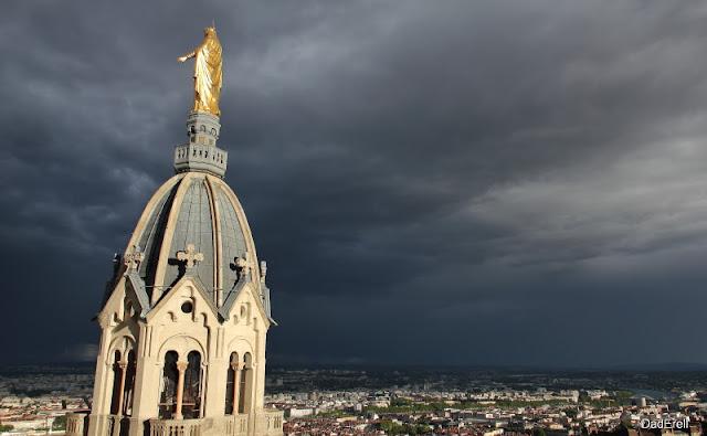 Notre Dame de Fourvière veille sur Lyon