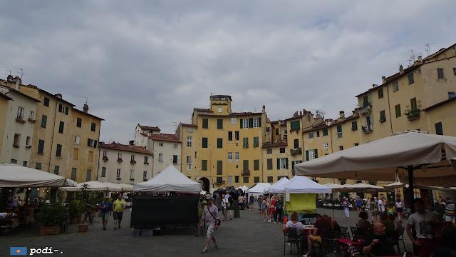 mercato all'aperto, piazza dell'anfiteatro, lucca