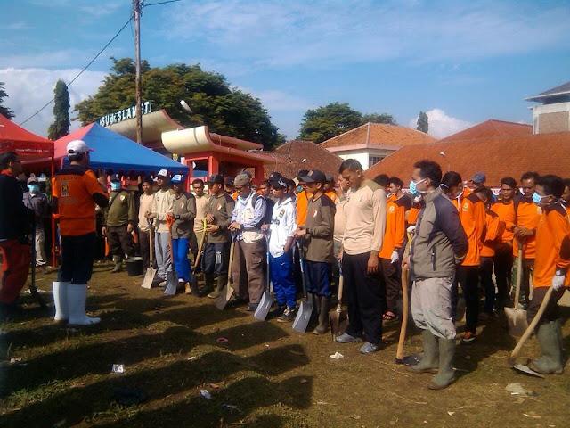 PKS Garut Terjunkan 100 Relawan Bersihkan Lumpur