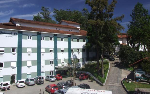 Vídeo mostra alta de pacientes por covid-19 no Hospital Unimed Petrópolis