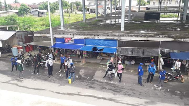 DPD Partai Demokrat Kabupaten Maluku Tenggara saat melakukan penyemprotan disinfektan di Pasar Langgur