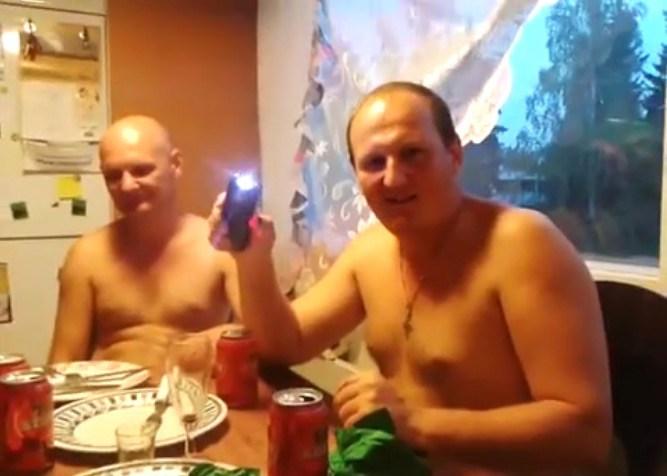 Russos bebendo vodka e testando uma arma de choque