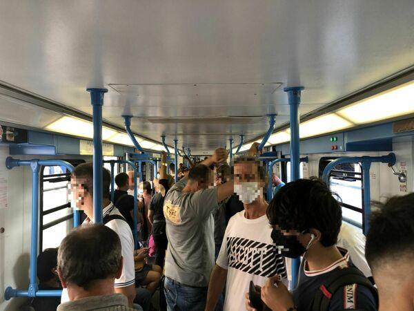 Roma-Lido, il distanziamento sociale è tra un treno e l'altro: corse saltate e treni pieni