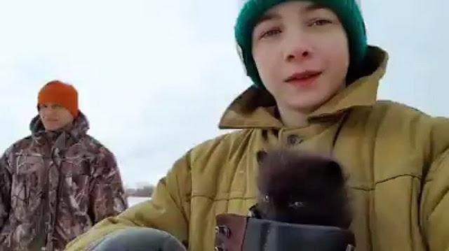 Подросток спас чернобурого лисёнка, рискуя жизнью