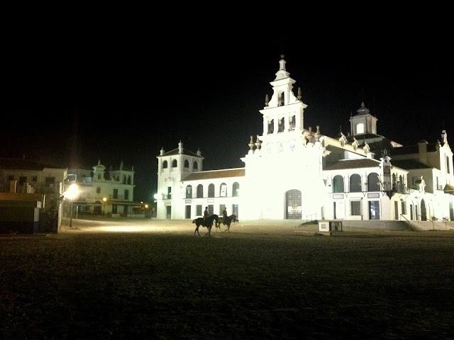 Iluminación nocturna de la ermita de El Rocío en Huelva