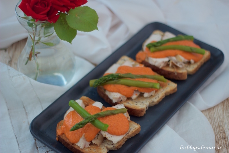 Tostas de pan de Lino con Salmorejo, Pechuga de pollo y Espárragos