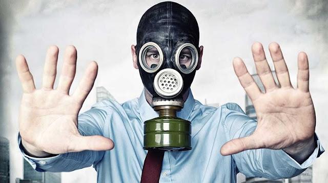 burrë që ka veshur maskë anti-gaz