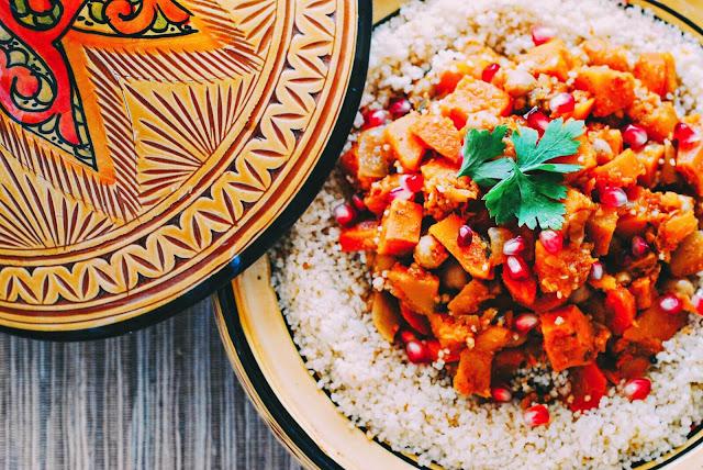 Tajine là món ăn truyền thống của Morocco, thậm chí đây còn được xem như biểu tượng quốc gia của đất nước này. Tajine gồm thịt gà, cừu, bò, cá và rau quả, các hạt như trái trám (olive), táo, lê, mơ, mận, nho, chà là, chanh, mật ong . Ngoài ra các loại gia vị cần thiết phải kể tới: quế, gừng, bột saffron, bột nghệ, ớt…    Từ tajine/tagine trong tiếng Morocco để chỉ món ăn và cũng là tên dụng cụ nấu món ăn này. Dụng cụ gồm có một đĩa sâu có nắp đậy hình nón, đĩa dùng để nấu và khi bỏ chóp ra dùng làm đĩa ăn. Chóp hình nón cao có mục đích làm tích tụ lại tất cả các hơi bốc lên từ món ăn, rồi đọng lại thành chất lỏng rơi xuống đĩa nấu thức ăn. Món ăn này được nấu như cách om của Việt Nam nhưng chỉ cần một lượng nước tối thiểu. Phương pháp nấu ăn này của người Morocco rất thiết thực trong những khu vực có nguồn nước bị hạn chế hoặc những nơi nguồn nước công cộng chưa có sẵn.