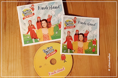 Das Musikalbum liegt zusammen mit dem Booklet und der CD auf einem Tisch zur Ansicht