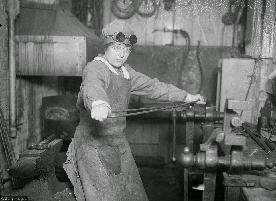 16 Incredible Photos Show Daily Life Of British Women War