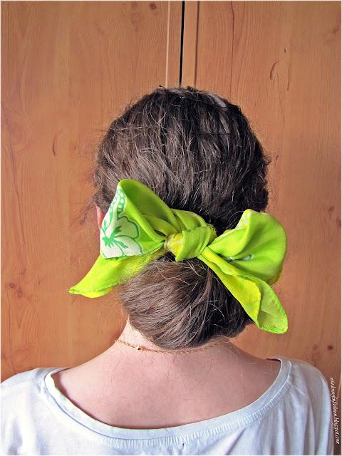 Fryzura z chustą do włosów, zawijany wywijany z kokardką