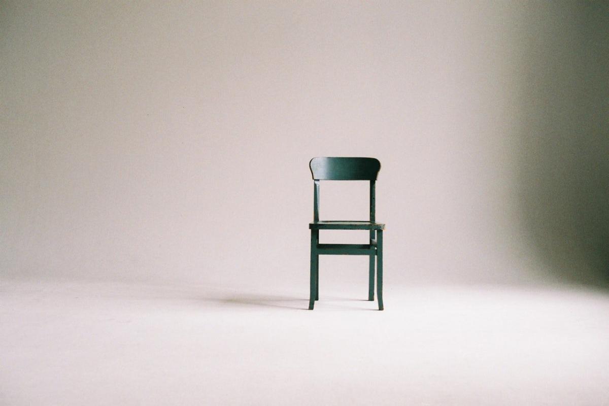 contoh fotografi kursi keren dengan background abu abu