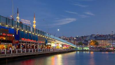 Suasana Galata Bridge di malam hari