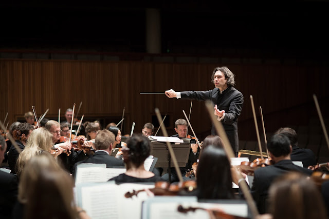 Vladimir Jurowski and the London Philharmonic Orchestra - photo Benjamin Ealovega