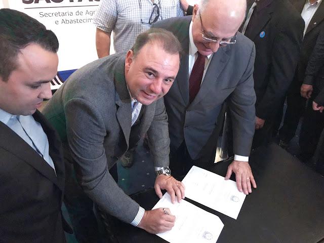 Prefeito de Registro-SP Gilson assina convênio do Programa Microbacias-II