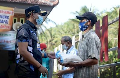 Bupati Pacitan Serahkan Bantuan Sosial Kepada Pelaku Pariwisata