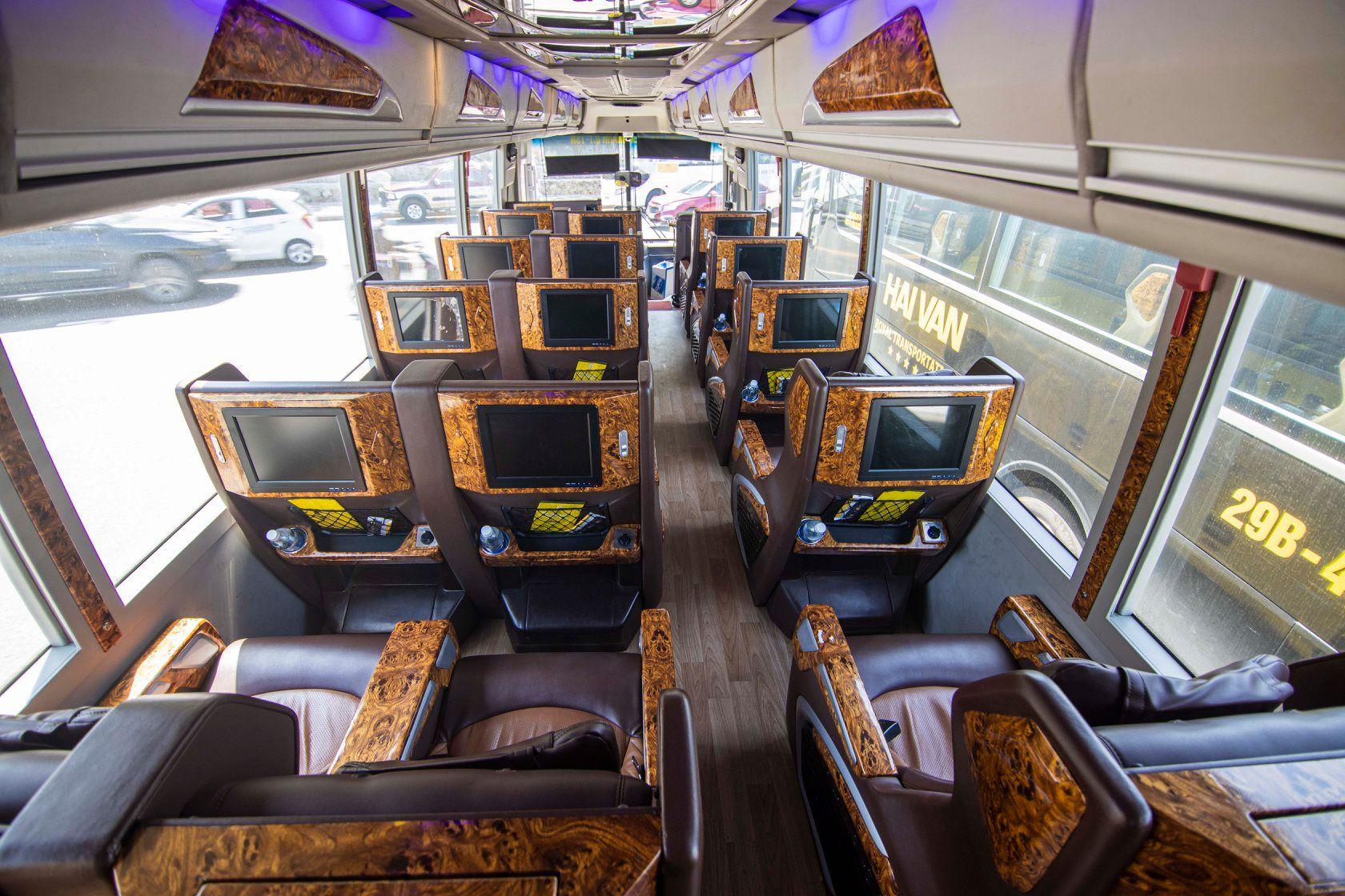 Màn hình tivi riêng biệt từng ghế ngồi. Cổng sạc USB riêng biệt từng ghế mang lại sự tiện dụng cho hành khách sử dụng công nghệ trong những chuyến đi dài.