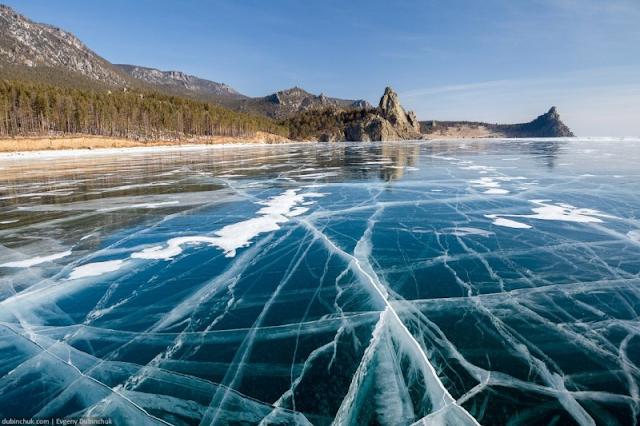 Mặt hồ Baikal đóng lớp băngg dày vào mùa đông